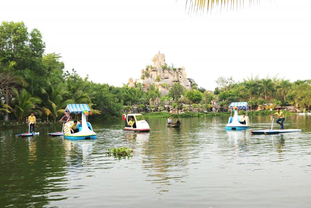 Đạp vịt trong khu du lịch Vạn Hương Mai