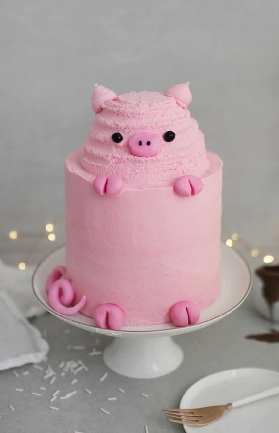 Ảnh bánh sinh nhật hình con heo màu hồng cute đang ngốc đầu trên chiếc bánh