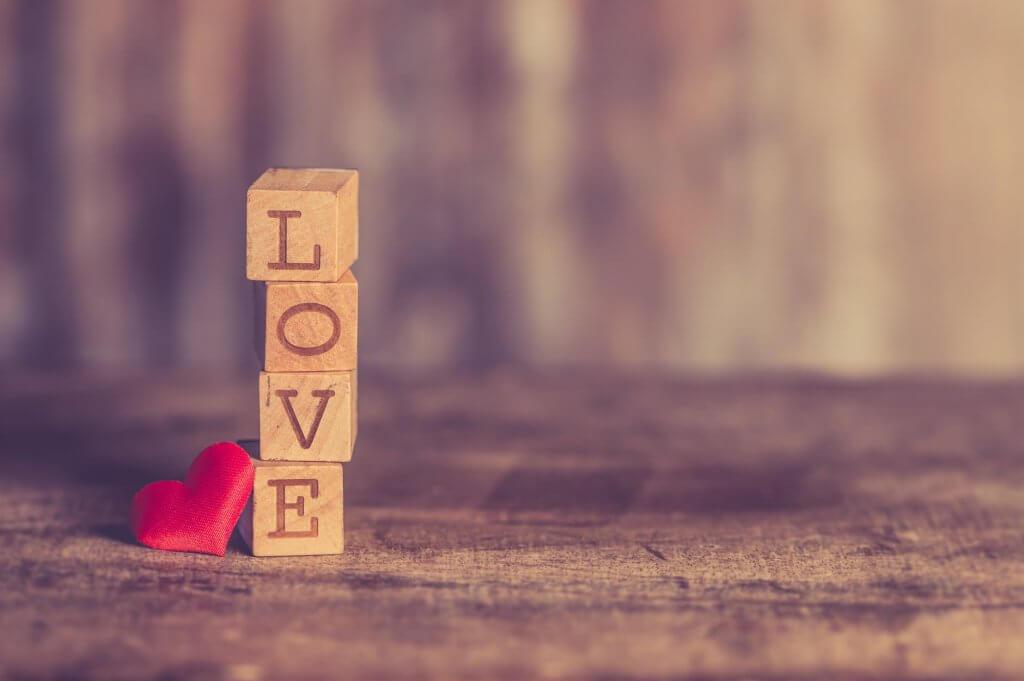 Bức hình đẹp về tình yêu với chữ Love nằm dọc