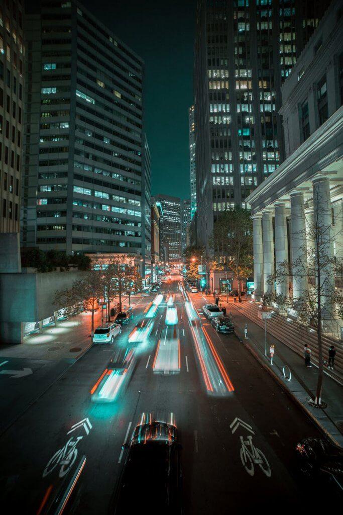 Hình ảnh nền đẹp cho điện thoại về cảnh xe chạy trong đêm
