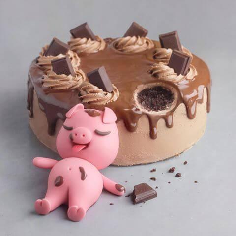 Hình ảnh sinh nhật dễ thương với chú heo nằm kế chiếc bánh birthday