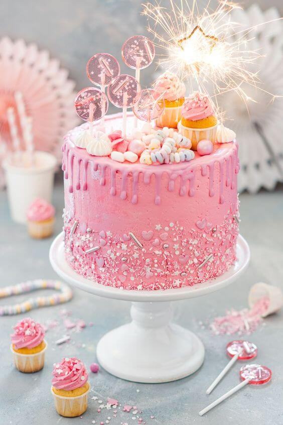 Bánh sinh nhật màu hồng dành tặng cho bạn bè là nữ