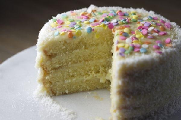 Ảnh chúc mừng sinh nhật hài hước với bánh kem cắt dở