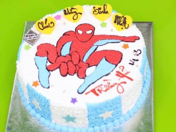 Ảnh chúc mừng sinh nhật với tạo hình siêu nhân của bánh kem
