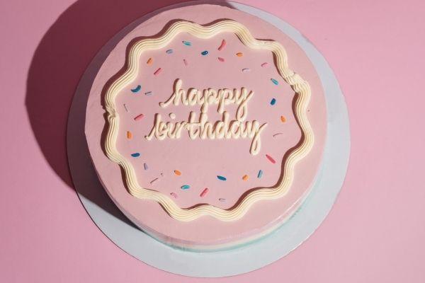 Ảnh hài mừng sinh nhật bạn bè với chiếc bánh màu hồng cute
