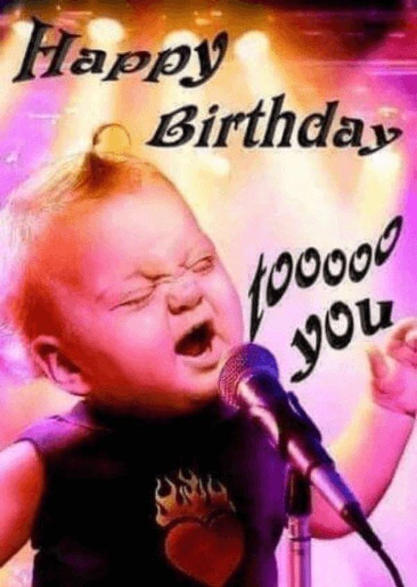 Ảnh quà sinh nhật hài hước có cậu bé đứng hát