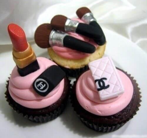 Chúc mừng sinh nhật bá đạo với hình bánh kem son môi