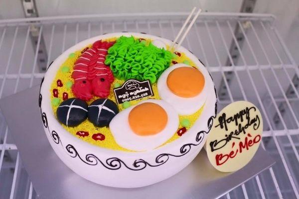 Hình ảnh vui nhộn chúc mừng sinh nhật với quả bánh hình tô mỳ
