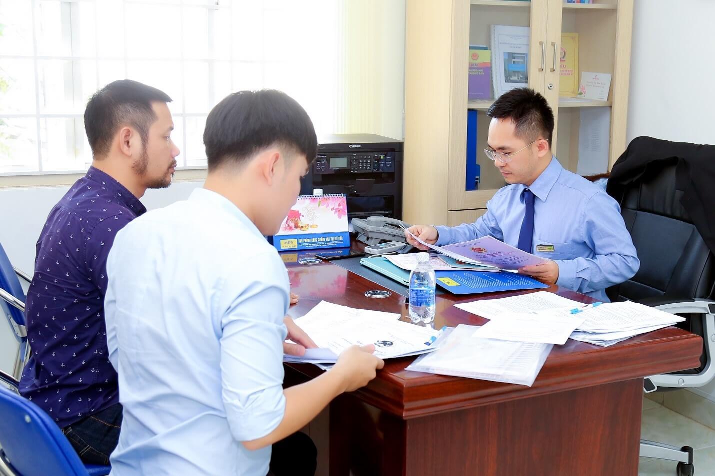 Công chứng viên phải chứng kiến và làm chứng khi người cần công chứng ký văn bản