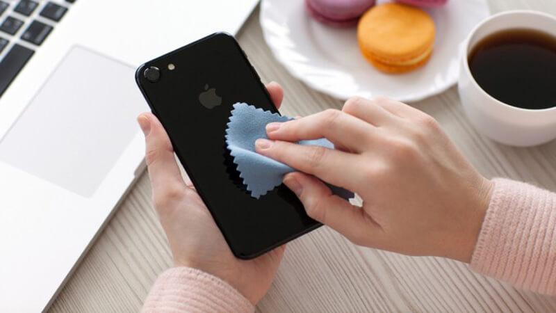 Đừng quên vệ sinh điện thoại sạch sẽ trước khi đem cầm