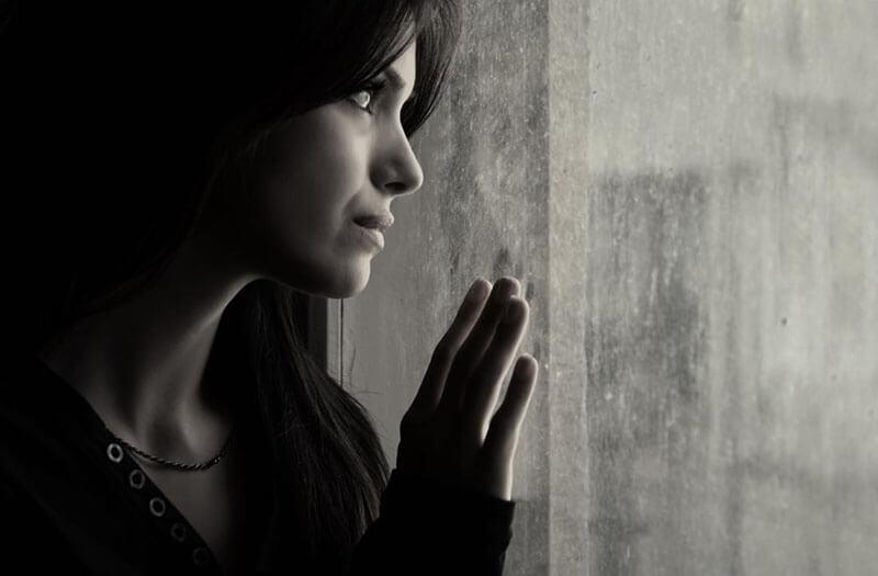 Hình ảnh bạn gái cô đơn đứng nhìn cuộc đời