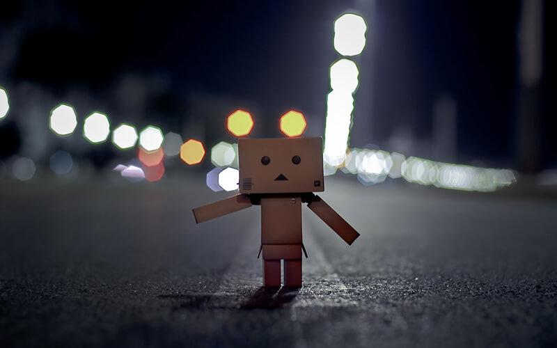 Người gỗ đứng cô đơn một mình