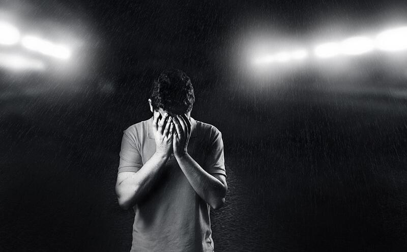 Tải hình bạn nam che mặt khóc giữa mưa